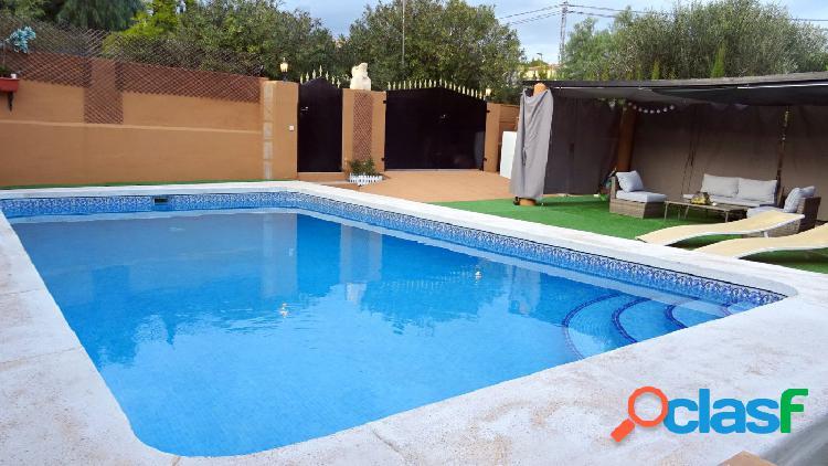 Bonito chalet con piscina privada y vistas al mar en urbanización Puerto Azul 1
