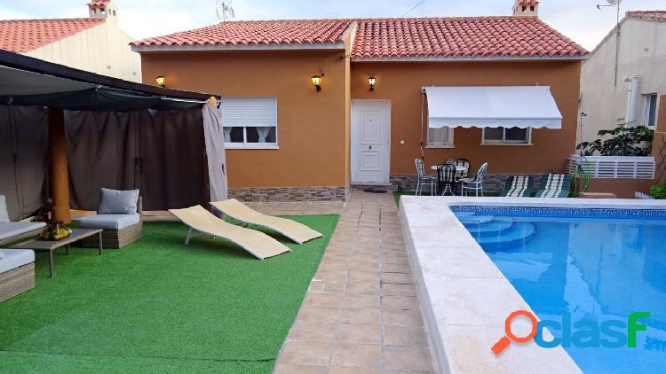 Bonito chalet con piscina privada y vistas al mar en urbanización Puerto Azul 2