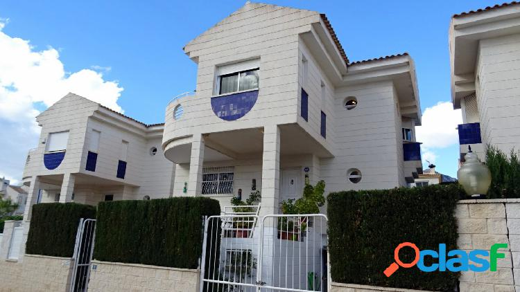 Chalet independiente con 5 dormitorios en La Nucia. 2
