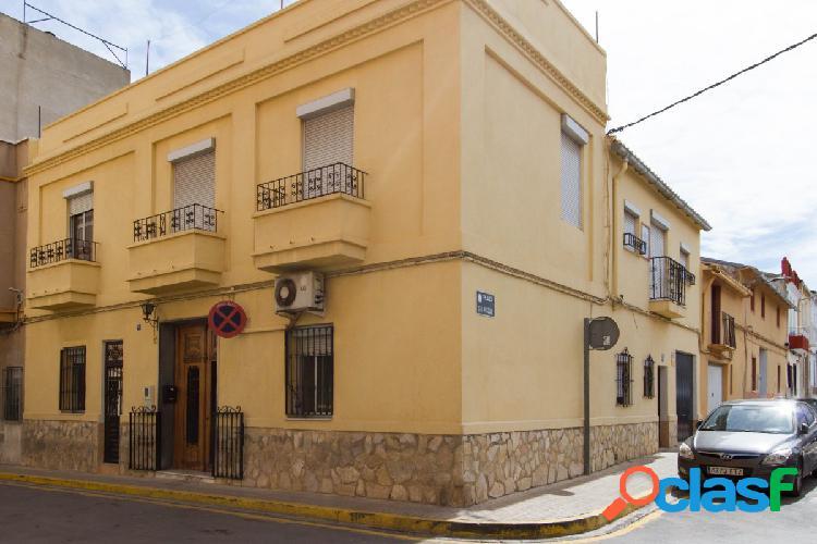Vivir en el corazón de Torrent, en la plaza San Pascual, en una casa de 320m2 esquinera 1