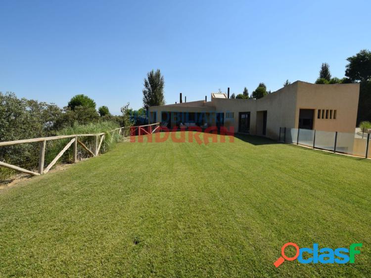 Chalet de 600 m2 construidos con 4 dormitorios, salón-comedor muy amplio y jardín de 270 m2 situado en la urbanización La Isla del Gordo (Cáceres) 0