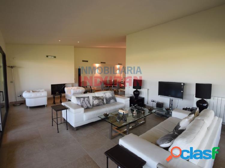 Chalet de 600 m2 construidos con 4 dormitorios, salón-comedor muy amplio y jardín de 270 m2 situado en la urbanización La Isla del Gordo (Cáceres) 1