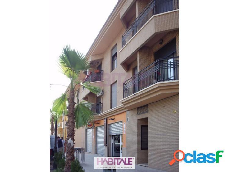 Piso en venta en Náquera de 84m2 con amplio salón-comedor, cocina independiente con acceso a terraza, dos habitaciones y baño completo con bañera. Suelos de mármol, armarios empotrados, calef 1