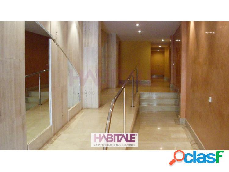 Piso en venta en Náquera de 84m2 con amplio salón-comedor, cocina independiente con acceso a terraza, dos habitaciones y baño completo con bañera. Suelos de mármol, armarios empotrados, calef 3