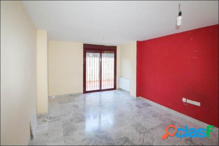 Precioso piso, con gran patio y plaza de garaje, en el centro de La Zubia. 2