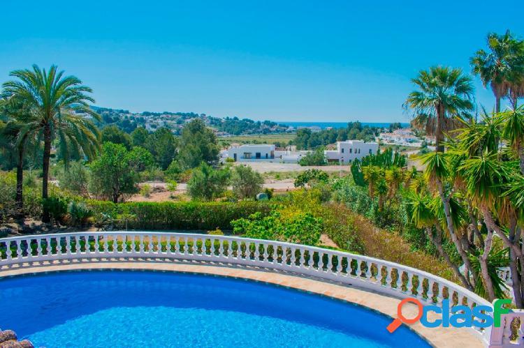 Chalet en venta con piscina privada y vistas al mar en Moriara 1