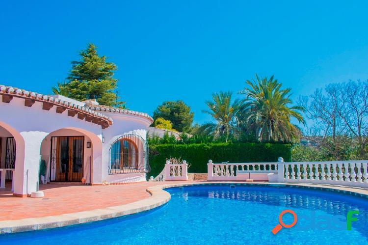 Chalet en venta con piscina privada y vistas al mar en Moriara 2