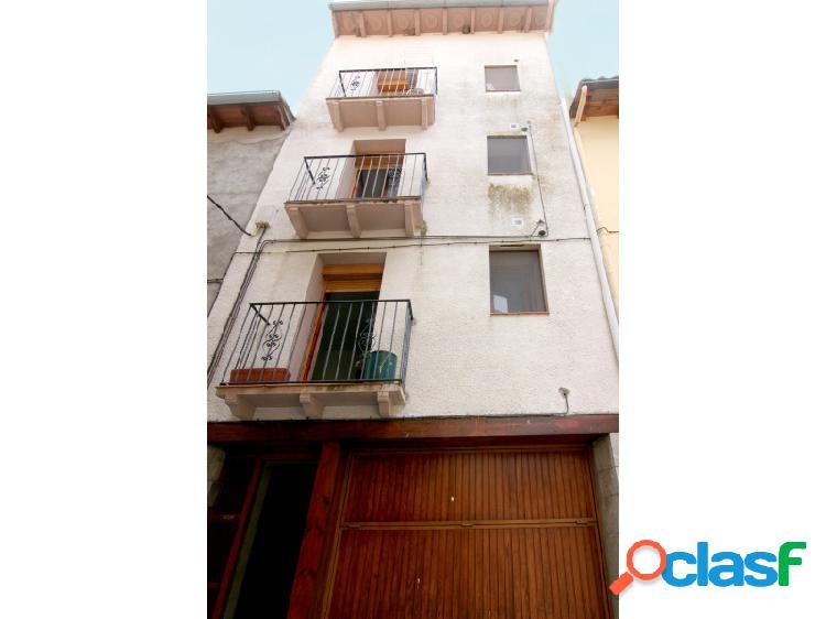 Edificio de tres plantas, con dos pisos más un dúplex en venta en Campo Ribagorza Huesca 0