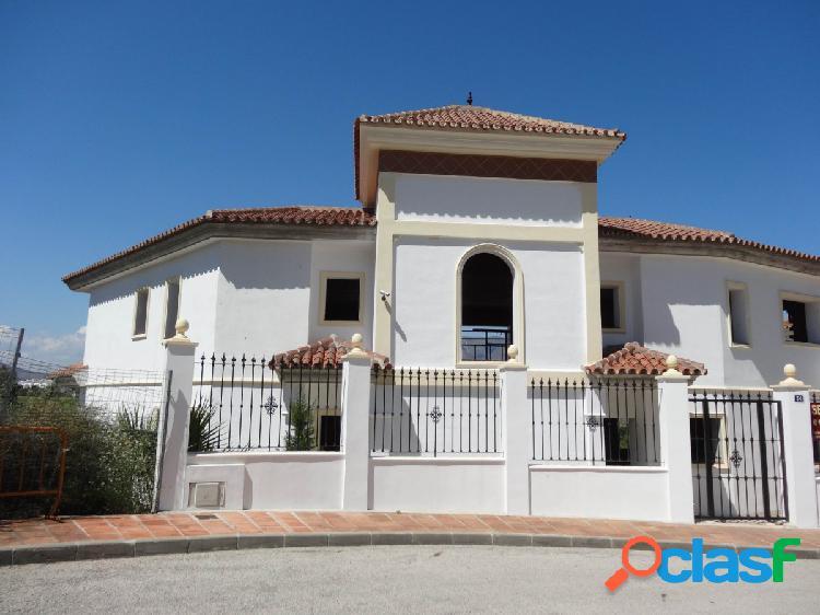 Chalet Independiente con piscina y jardín privados, sotano, planta principal y planta primera. 0