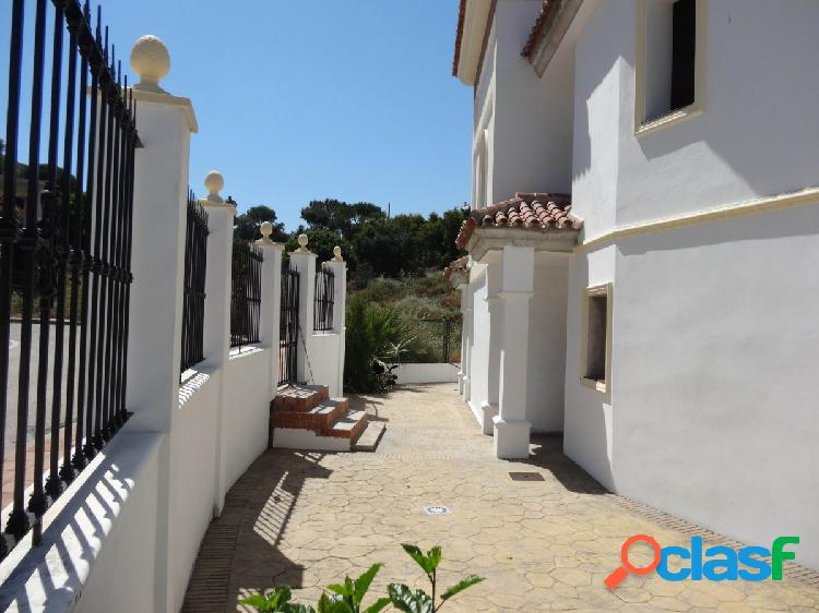 Chalet Independiente con piscina y jardín privados, sotano, planta principal y planta primera. 3