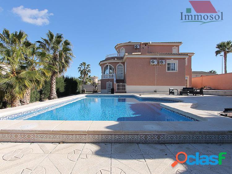 Chalet independiente con piscina privada a la venta 2