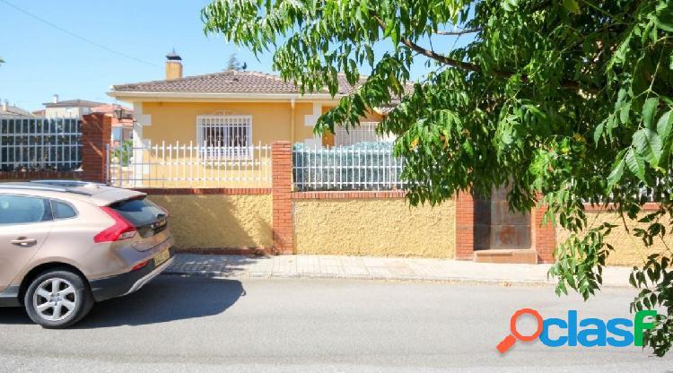 Magnífico chalet independiente con jardín y piscina en la urbanización Los Cerezos de Gojar. 1