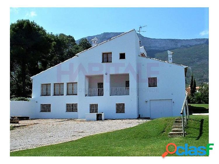Ubicada sobre una parcela de 2300 m2 y a un paso de Denia y la Pedrera, nos encontramos con este fantástico chalet con piscina privada. 1