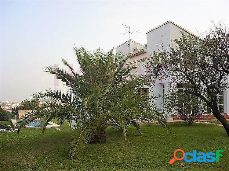 Ubicada sobre una parcela de 2300 m2 y a un paso de Denia y la Pedrera, nos encontramos con este fantástico chalet con piscina privada. 2