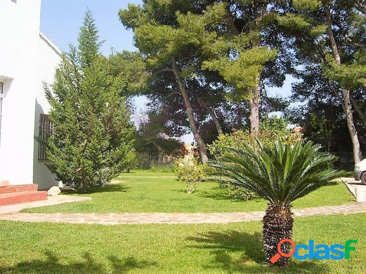 Ubicada sobre una parcela de 2300 m2 y a un paso de Denia y la Pedrera, nos encontramos con este fantástico chalet con piscina privada. 3