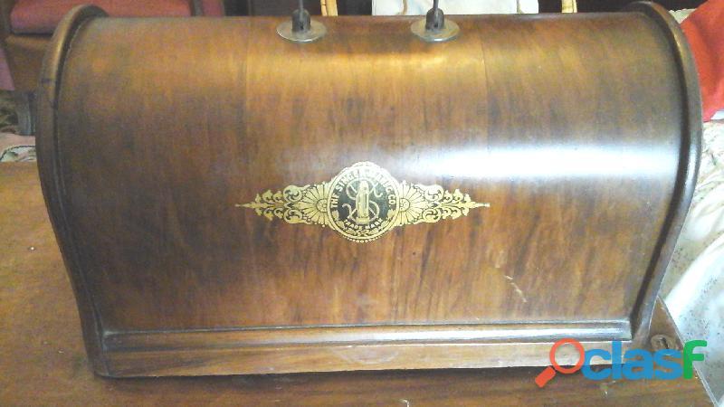 Maquina de coser singer junto con su mueble.