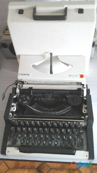 Maquina de escribir olympia traveller portatil.