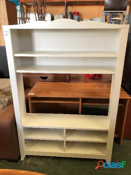 Mueble blanco de madera con lejas