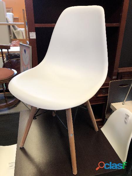 Silla blanca de resina con patas de madera