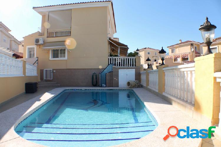 Chalet independiente con piscina propia.