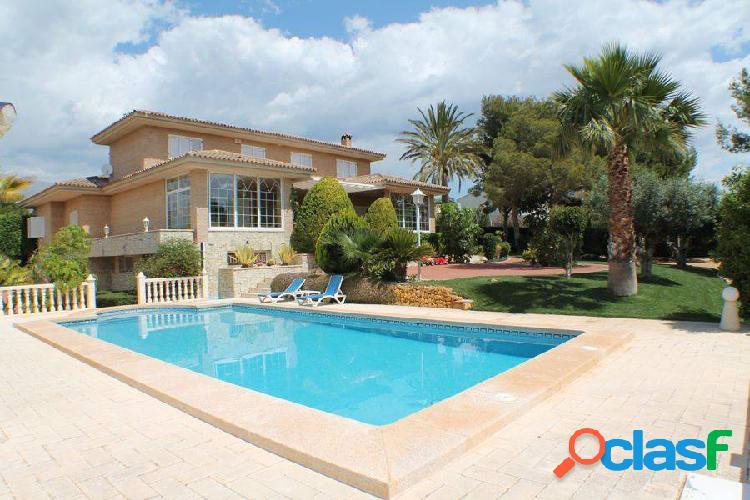 Espectacular villa de 5 dormitorios, con apartamento de invitados aparte, garaje y piscina privada.