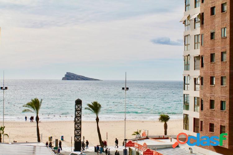 Amplio piso en playa de levante con vistas al mar y la isla de benidorm