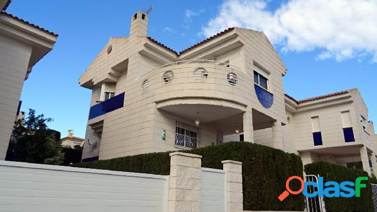 Chalet independiente con 5 dormitorios en La Nucia.