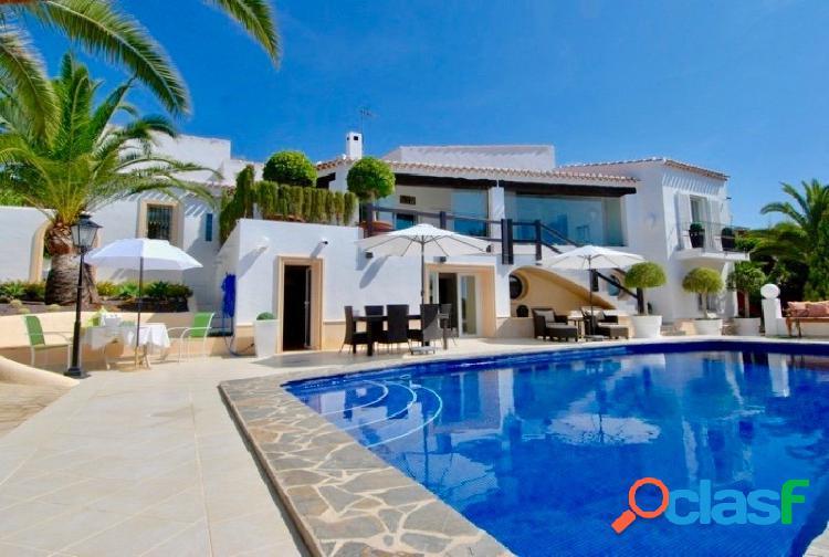 Villa de lujo en moraira con vistas al mar y piscina propia.