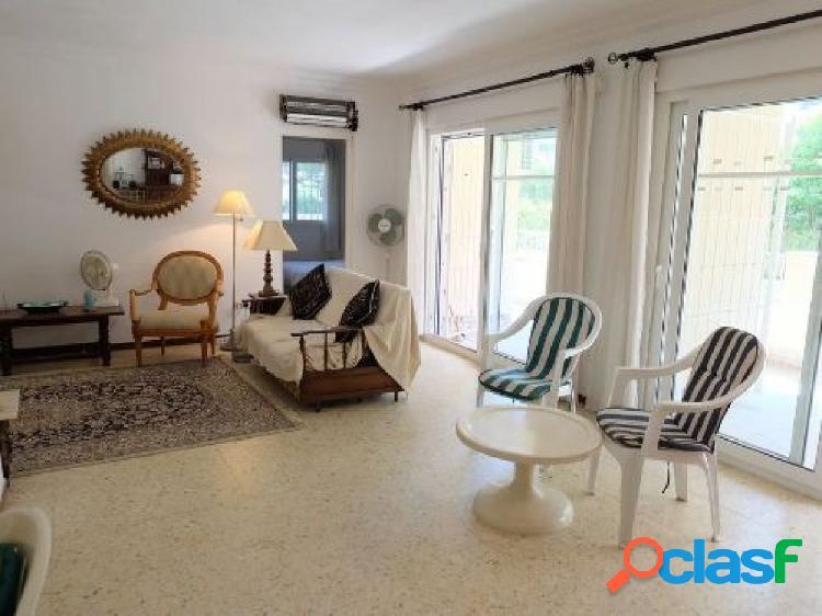 Se vende un piso de tres dormitorios y dos baños en la zona de la fontanilla, marbella