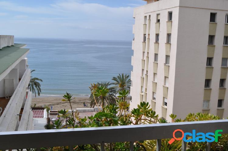 En venta un piso de en primera línea de playa con vistas al mar, en el centro de marbella.