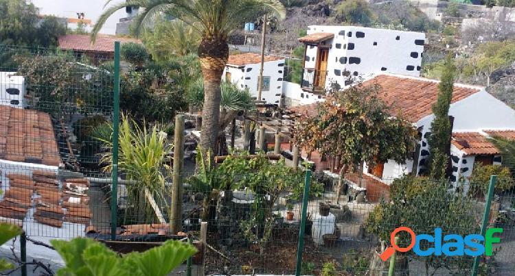 Casa canaria con terreno en municipio de guia de isora, medianías, cerca autopista.