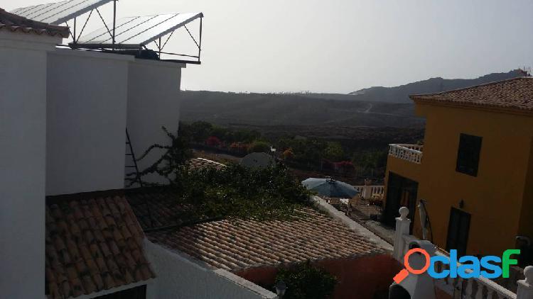 Chayofa. adosado de 3 habitaciones en esquina en urbanización cerrada con piscina. 110m2 construcci