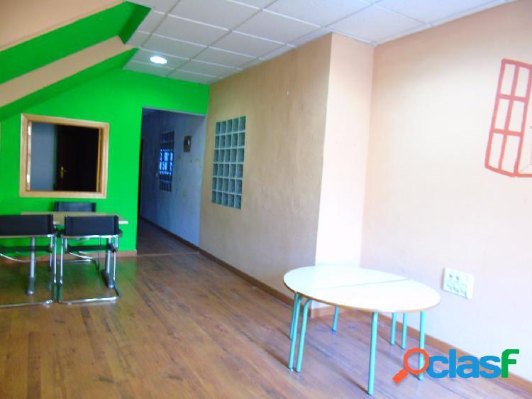 Amplia oficina en zona centro con varios despachos, aseo, almacen y patio. suelos de tarima, reformada recientemente. precio inmejorable