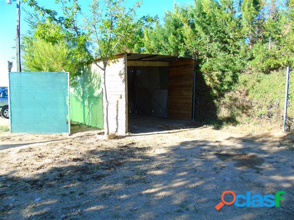 Chalet en parcela de 1000 m2 con 2 dormitorios, baño completo, cocina office, luz y agua de pozo. ubicado a 8 kilómetros de alcázar de san juan. precio negociable.