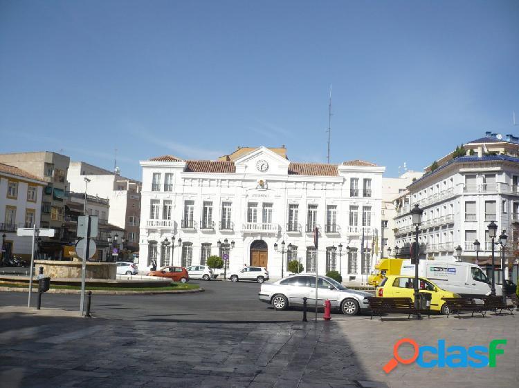 Local comercial en bruto para cualquier tipo de negocio con 20 metros de fachada en zona juan carlos i,consultenos 625698902 carmen