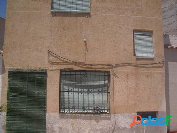 Vivienda a reformar, en el centro de alcázar de san juan. la vivienda consta de 3 dormitorios, un baño completo, aseo, salón-comedor y cocina.