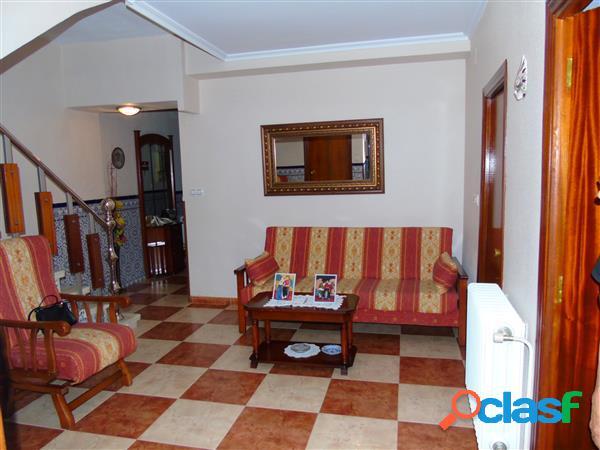 Casa de pueblo de dos plantas que cuenta con 4 dormitorios,calefacción de gasóleo,garaje y otras dependencias, consultar