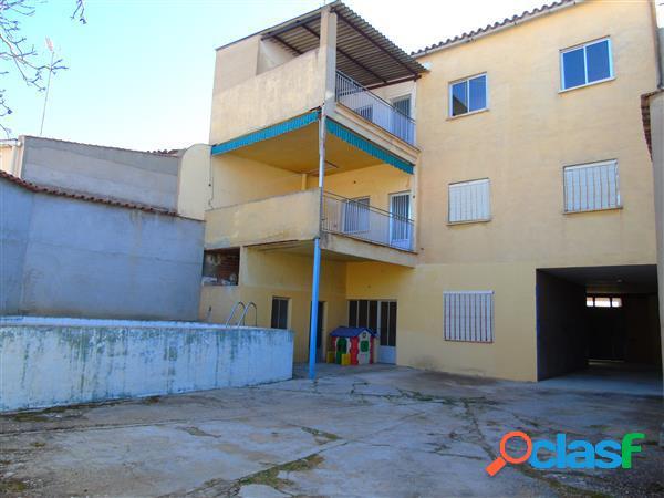 Casa en el centro de alcázar de san juan de 380m/2 de parcela y 528 m/2 construidos, en planta baja.: varias dependencias, garaje para varios coches, patio de 180 m/2, y piscina, en primera p