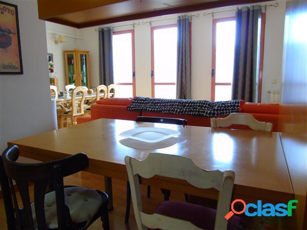 Duplex de lujo, en primera planta del edificio, patio individual. dos dormitorios, baño y aseo, salon de 30 m/2, mejor visitar, informese www.hmgestion.com