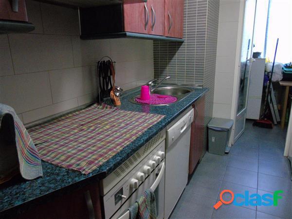 Piso reformado sin amueblar, con 3 dormitorios, baño completo, cocina independiente y lavadero. terraza con acceso desde salón comedor y suelos de tarima. calefacción central y agua incluida