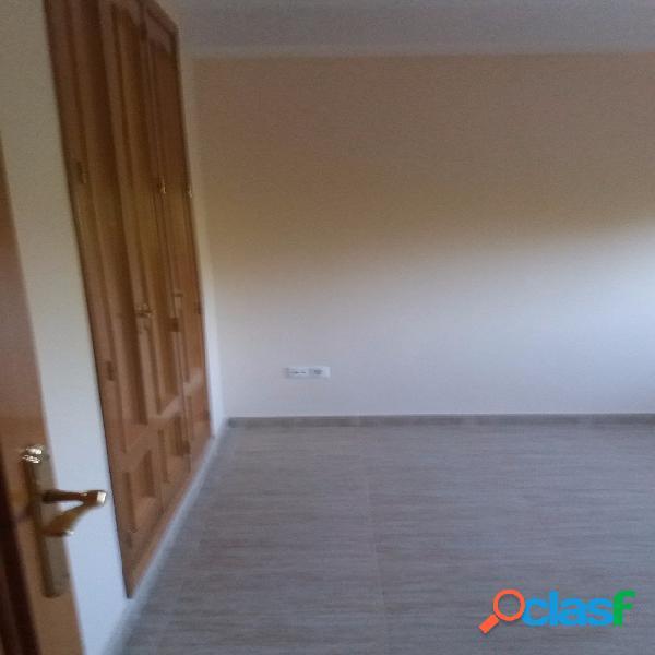 Bungalow:1ªplanta tiene comedor,un baño,cocina y terraza; 2ªplanta tiene 4 dormitorios,uno de ellos con suite,un baño completo,armarios empotrados; la buhardilla tiene un baño, dormitorio con