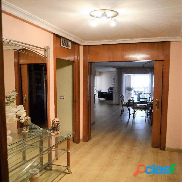 Precioso piso en avenida maissonave en pleno corazón de alicante, 148 m. útiles, 3 habitaciones dobles, 3 baños, cocina office equipada, gran salón, ascensor, garaje, conserje. precio: 412.00