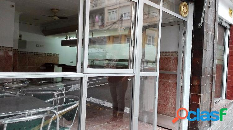 Bar cafeteria, en alquiler con opcion de venta.tiene aire acondicionado, amueblado, no tiene cafetera, ni botellero, tiene alarma, tres mesas con 12 sillas, fachada ampliatotal: 39.000€