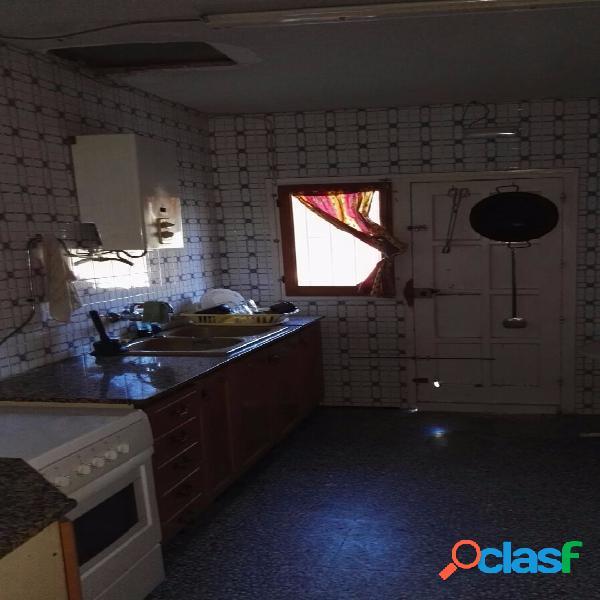 Chalet en castalla de 130 construidos, tiene 3 dormitorios,1 cocina independiente,1 baño, amplio salón con chimenea. aljibe, casa de aperos, barbacoa, arboles en la parcela. grupo electrógeno