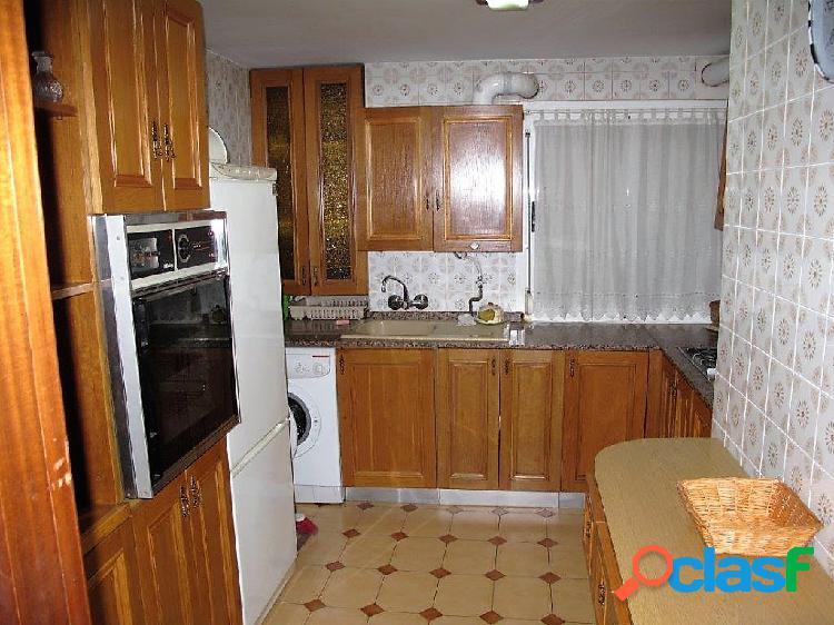 En pleno centro de alicante y rodeada de todos los servicios, se encuentra esta vivienda de 3 dormitorios, 2 baños, amplio salón, cocina equipada, aire acondicionado, suelo de parquet, garaje