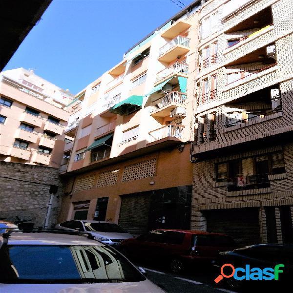 Vivienda en zona mercado central, 100 m2, 4 dormitorios, 2 baños, 2 patios, cocina equipada, amueblada, 1ª planta con entresuelo, ascensor. precio: 103.000€.
