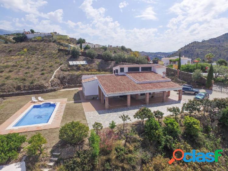 Casa con gran terreno a 4 minutos del lago de viñuela