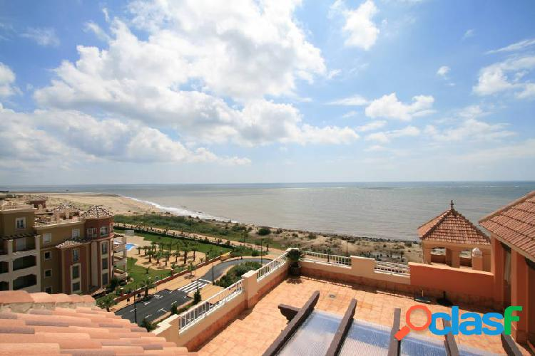 Ático con gran terraza y espectaculares vistas en primera línea de playa de isla canela.