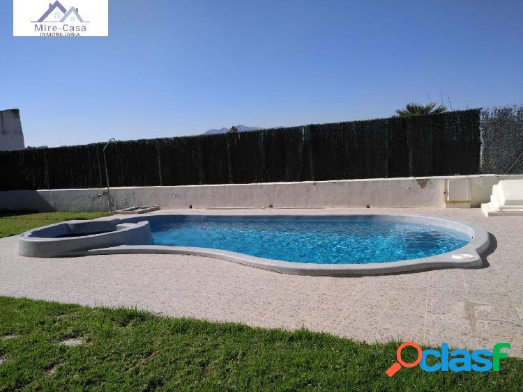 Se vende piso con piscina comunitaria