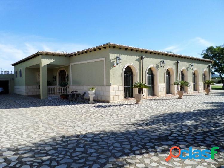 Elegante villa con enorme jardín y piscina, jacuzzi y billar